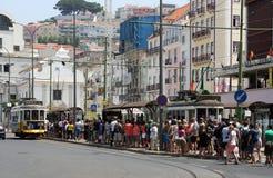 Tłumu czekanie dla tramwaju 28 w Lisbon Zdjęcie Royalty Free