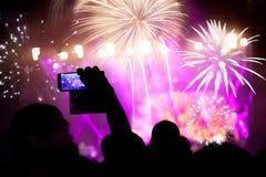 Tłumu dopatrywania fajerwerki przy nowym rokiem Fotografia Stock