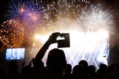 Tłumu dopatrywania fajerwerki przy nowym rokiem Zdjęcia Royalty Free