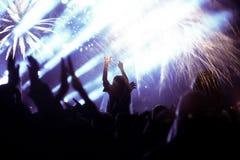 Tłumu dopatrywania fajerwerki przy nowym rokiem Obrazy Royalty Free