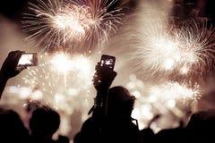 Tłumu dopatrywania fajerwerki przy nowym rokiem Zdjęcie Royalty Free