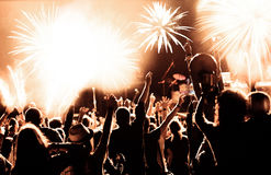 Tłumu dopatrywania fajerwerki przy nowym rokiem Zdjęcia Stock