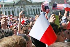 Tłumu entuzjastycznie fala flaga Obraz Stock