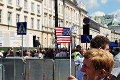 Tłumu entuzjastycznie fala flaga Zdjęcia Stock
