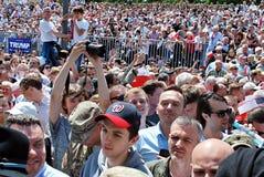 Tłumu entuzjastycznie fala flaga Zdjęcie Stock