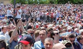 Tłumu entuzjastycznie fala flaga Krasinski kwadrat Zdjęcia Stock