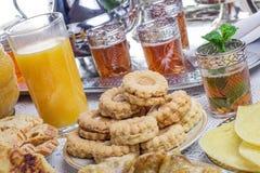 Té y galletas marroquíes de la menta Foto de archivo