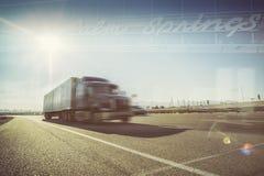 imagine stock despre  california deşert camioane palmier izvoare