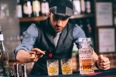 imagine stock despre  barman garnitură băuturi şi whisky cocktailuri moderne bara