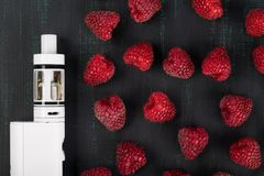 imagine stock despre  roşu zmeură şi alb electronice ţigară minți întuneric fundal