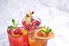 imagine stock despre  vara proaspete cocktailuri portocaliu şi roşu alcool băuturi închide copie spaţiu