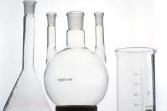 Taça da química no fundo cinzento foto de stock