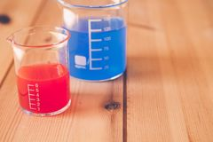 Taça de medição de vidro no laboratório, conceito da experiência da ciência imagem de stock