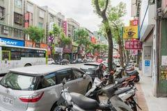 TAÏPEH, TAÏWAN - 30 NOVEMBRE 2016 : Rue de Taïpeh dans une de banlieue, secteur Aire de stationnement de Scootrs et de voitures Image stock