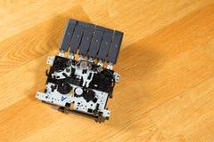 Taśma pisak wśrodku mechanizmu na stole Fotografia Stock