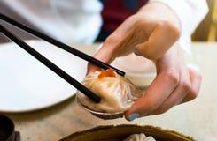 Ta ångad grisköttbaozi i soppa med pinnar royaltyfri foto