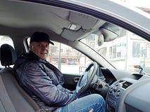 Ένα άτομο που οδηγεί ένα αυτοκίνητο στοκ εικόνες με δικαίωμα ελεύθερης χρήσης