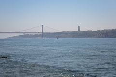 25ta April Bridge en los barcos de Lisboa y de navegación, Portugal Imagen de archivo