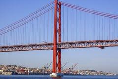 25ta April Bridge famosa sobre el río Tajo en el puente de Lisboa aka Salazar Fotografía de archivo
