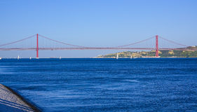 25ta April Bridge famosa sobre el río Tajo en el puente de Lisboa aka Salazar Fotografía de archivo libre de regalías