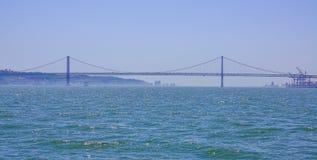 25ta April Bridge famosa sobre el río Tajo en el puente de Lisboa aka Salazar - LISBOA - PORTUGAL - 17 de junio de 2017 Imagen de archivo libre de regalías