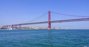 25ta April Bridge famosa sobre el río Tajo en el puente de Lisboa aka Salazar - LISBOA - PORTUGAL - 17 de junio de 2017 Foto de archivo libre de regalías