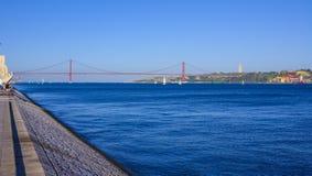25ta April Bridge sobre el río el Tajo en el puente de Lisboa aka Salazar Fotos de archivo libres de regalías