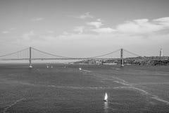 25ta April Bridge sobre el río el Tajo en el puente de Lisboa aka Salazar - LISBOA/PORTUGAL - 14 de junio de 2017 Imagen de archivo libre de regalías