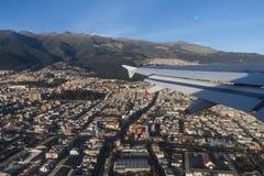 Ta av från Quitostadsflygplats Arkivfoto
