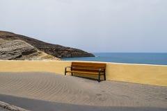 Ta av planen dolt med sanden, strand på Tenerife, kanariefågelöar Royaltyfria Foton