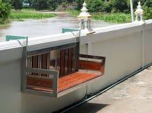 Ta av planen gjort från rostfritt stål och woodden och att hänga på väggen royaltyfri bild
