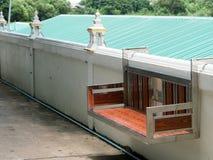 Ta av planen gjort från rostfritt stål och woodden och att hänga på väggen royaltyfria bilder