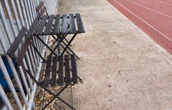 Ta av planen nära rinnande spår i den idrotts- stadion Royaltyfri Fotografi