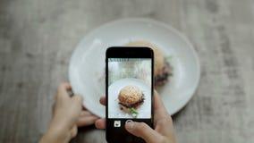 Ta bilden av hamburgaren i kafé lager videofilmer