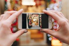 Ta bilden med telefonen i ferie shoppa Royaltyfri Bild