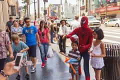 Ta bilder med spidermanen på Hollywood Royaltyfri Fotografi