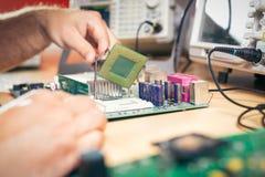Ta bort CPU från huvudsakligt strömkretsbräde för att kontrollera problem och reparation Arkivfoton