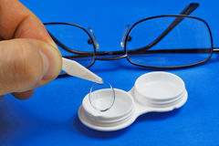 Ta bort den mjuka kontaktlinsen från lagringsfallet Fotografering för Bildbyråer