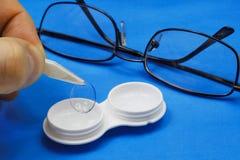 Ta bort den mjuka kontaktlinsen från lagringsfallet Royaltyfri Fotografi