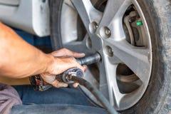Ta bort ett hjul av en bil arkivfoton