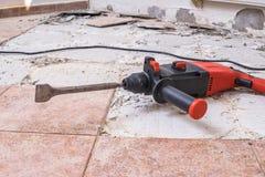 Ta bort gamla tegelplattor Tryckluftsborr - borranderivninghammare på golv arkivfoton