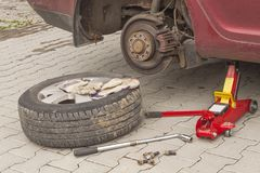 Ta bort, installera, byt ut hjulgummihjulmuttern för tjänste- concep för bil & för medel Arkivbilder
