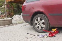 Ta bort, installera, byt ut hjulgummihjulmuttern för tjänste- concep för bil & för medel Royaltyfri Fotografi