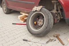 Ta bort, installera, byt ut hjulgummihjulmuttern för tjänste- concep för bil & för medel Royaltyfri Bild