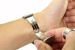 Ta bort klockan från handleden Royaltyfri Bild