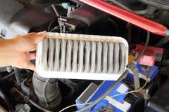 Ta bort luftfiltret av bilen Fotografering för Bildbyråer