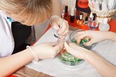 Ta bort nagelband med langaren royaltyfri bild