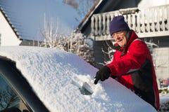 Ta bort snow från bilen arkivbild