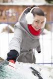 Ta bort snow och is från bilen fotografering för bildbyråer