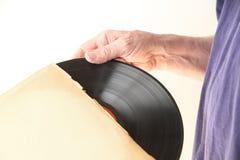 Ta bort vinylrekordet från muffen Arkivbild